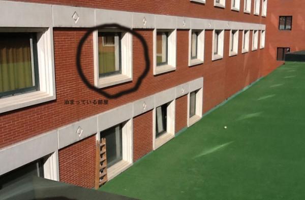 ホテルの窓からボールペンを落とし